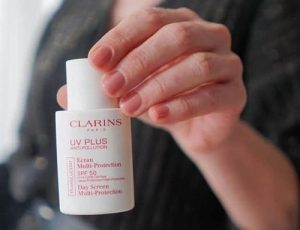 Cách dùng kem chống nắng Clarins? Không phải ai cũng biết-1